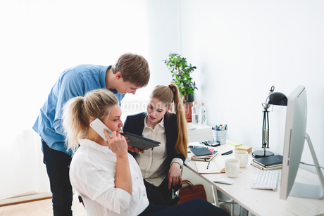 Finland, People working in officeの写真素材 [FYI02209886]