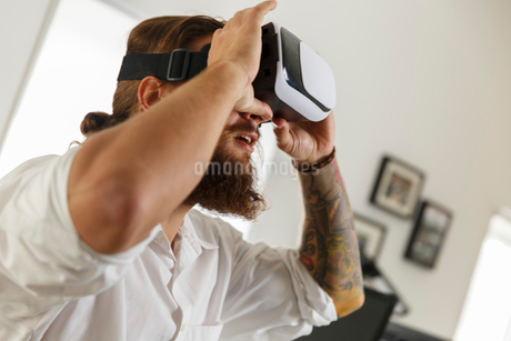 Young businessman wearing virtual reality gogglesの写真素材 [FYI02209893]