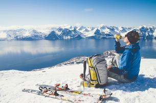 Skier sitting on snow in Lyngen, Norwayの写真素材 [FYI02209894]