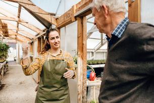 Garden centre worker talking to senior manの写真素材 [FYI02209914]