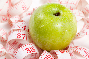 Tape measure and appleの写真素材 [FYI02209919]