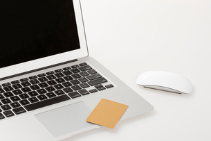 Laptop and credit cardの写真素材 [FYI02209932]