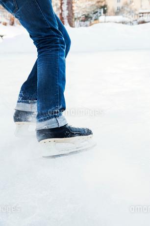 Legs of ice skater in Enskede, Swedenの写真素材 [FYI02209952]
