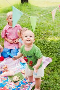 Baby boy smiling at birthday picnicの写真素材 [FYI02209959]