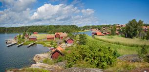 Sweden, Ostergotland, Sankt Anna archipelago, Village in sunlightの写真素材 [FYI02209968]