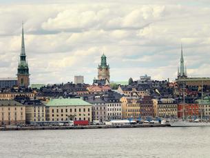 Sweden, Stockholm, Gamla Stan, Waterfront cityscape under overcast skyの写真素材 [FYI02209980]