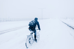 Man cycling in snow in Sodermalmの写真素材 [FYI02210009]