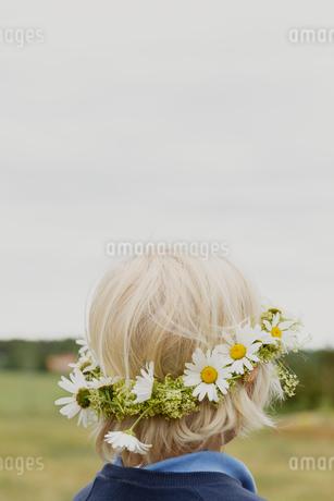 Boy wearing floral headband in Jarna, Swedenの写真素材 [FYI02210022]