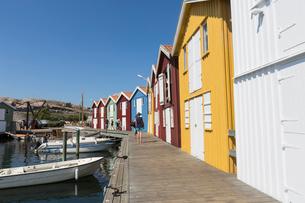 Colorful boat houses in Smogen, Swedenの写真素材 [FYI02210033]