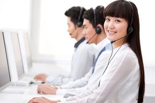 Happy customer service staff at workの写真素材 [FYI02210039]