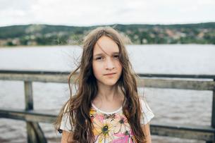 Portrait of girl by lake in Swedenの写真素材 [FYI02210053]