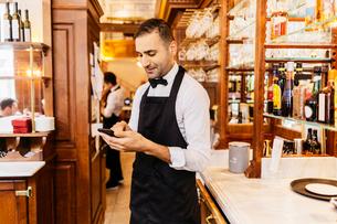 Waiter at bakery in Swedenの写真素材 [FYI02210069]
