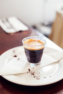 Espresso coffee on a plateの写真素材 [FYI02210082]