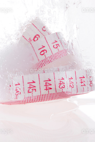 Ice and tape measureの写真素材 [FYI02210088]