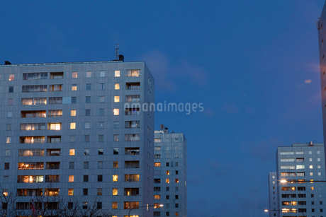 Apartment buildings at night in Hagalund, Swedenの写真素材 [FYI02210104]