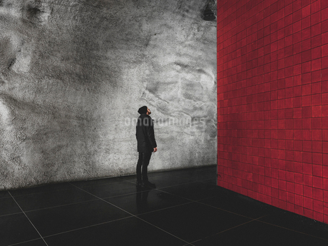 Man looking at brick wall in Stockholm, Swedenの写真素材 [FYI02210114]