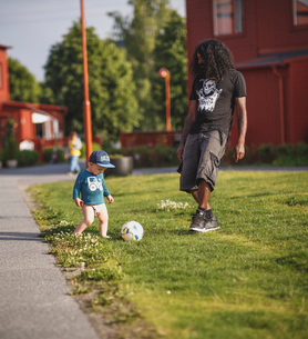 Father playing with son in Sodermanland, Swedenの写真素材 [FYI02210129]