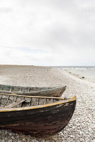 Boats on beach in Faro, Swedenの写真素材 [FYI02210158]