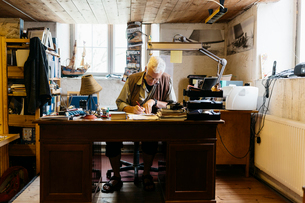 Rope maker sitting at desk in his shopの写真素材 [FYI02210174]