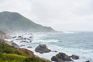 Rocky coastline at Big Sur in California, USAの写真素材 [FYI02210179]
