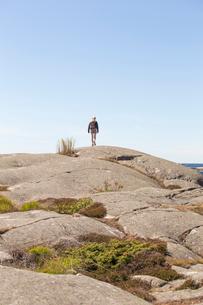 Girl walking over a rock formation in Bohuslan, Swedenの写真素材 [FYI02210182]