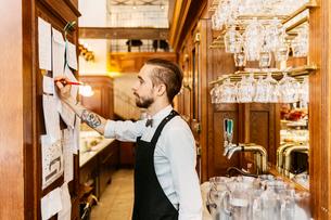 Waiter at bakery in Swedenの写真素材 [FYI02210189]