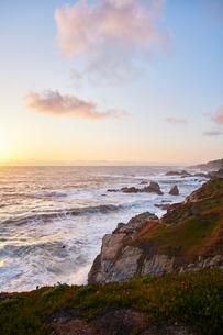 Waves by cliffs in Big Sur, USAの写真素材 [FYI02210278]