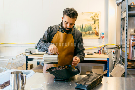 Small business owner working in his coffee roaster shopの写真素材 [FYI02210295]