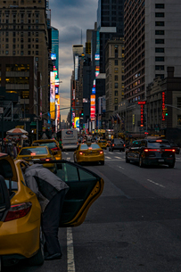Street at dusk in New York Cityの写真素材 [FYI02210316]