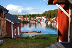 Houses beside water in High Coast, Swedenの写真素材 [FYI02210343]