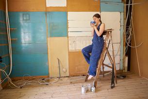 Sweden, Woman renovating room, having breakの写真素材 [FYI02210345]
