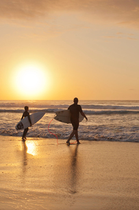 Father and son going for a surf at Bondi Beach at sunriseの写真素材 [FYI02210368]