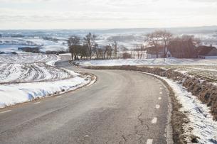 Rural road during winter in Skane, Swedenの写真素材 [FYI02210371]