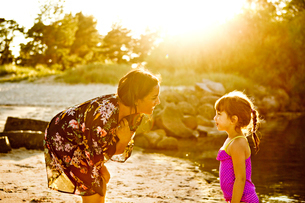 Mother and daughter on beach in Friseboda, Swedenの写真素材 [FYI02210387]