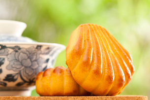 Chinese traditional dessert with a cup of teaの写真素材 [FYI02210407]