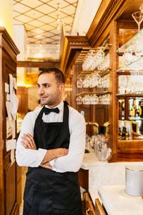 Waiter at bakery in Swedenの写真素材 [FYI02210412]