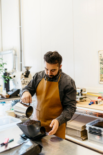 Small business owner working in his coffee roaster shopの写真素材 [FYI02210420]