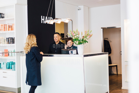 Client at counter of hairdresser in Swedenの写真素材 [FYI02210443]