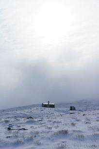 Norway, Fellside cottage in snowの写真素材 [FYI02210462]