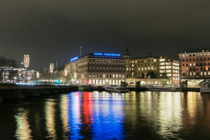 A view across the water of a city in Sweden at nightの写真素材 [FYI02210481]