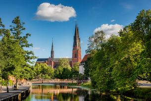 Sweden, Uppland, Uppsala, Cathedral by Fyris riverの写真素材 [FYI02210503]