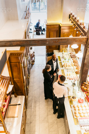 High angle view of staff at bakery in Swedenの写真素材 [FYI02210515]
