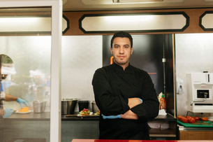Chef in his food truckの写真素材 [FYI02210532]