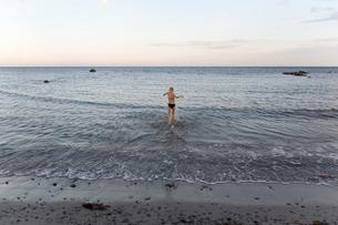 Girl in a bikini wadding in the sea in Ornahusen, Swedenの写真素材 [FYI02210543]