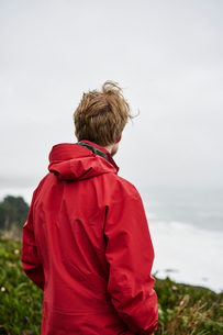 Rear view of man at Big Sur in California, USAの写真素材 [FYI02210544]
