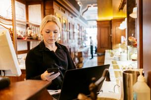Waitress at bakery in Swedenの写真素材 [FYI02210549]
