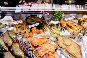 Finland, Uusimaa, Helsinki, Fish stand at Gamla Saluhallenの写真素材 [FYI02210552]