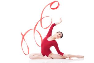 Female gymnast performing rhythmic gymnastics with ribbonの写真素材 [FYI02210579]