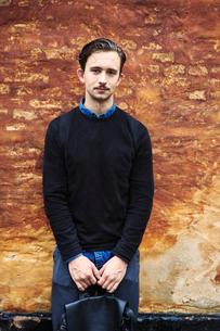Young man holding a backpack in Copenhagenの写真素材 [FYI02210584]