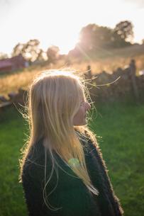 Portrait of a girl in a field in Ornahusen, Swedenの写真素材 [FYI02210592]